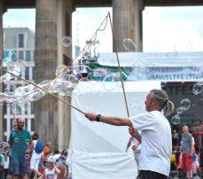 Seifenblasenkunstler zaubert riesige Seifenblasen