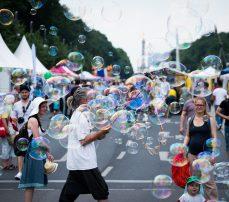 Seifenblasenmann auf dem Umweltfestival auf der Straße des 17. Juni